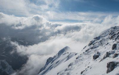 Auf dem Gipfelgrat über den Wolken