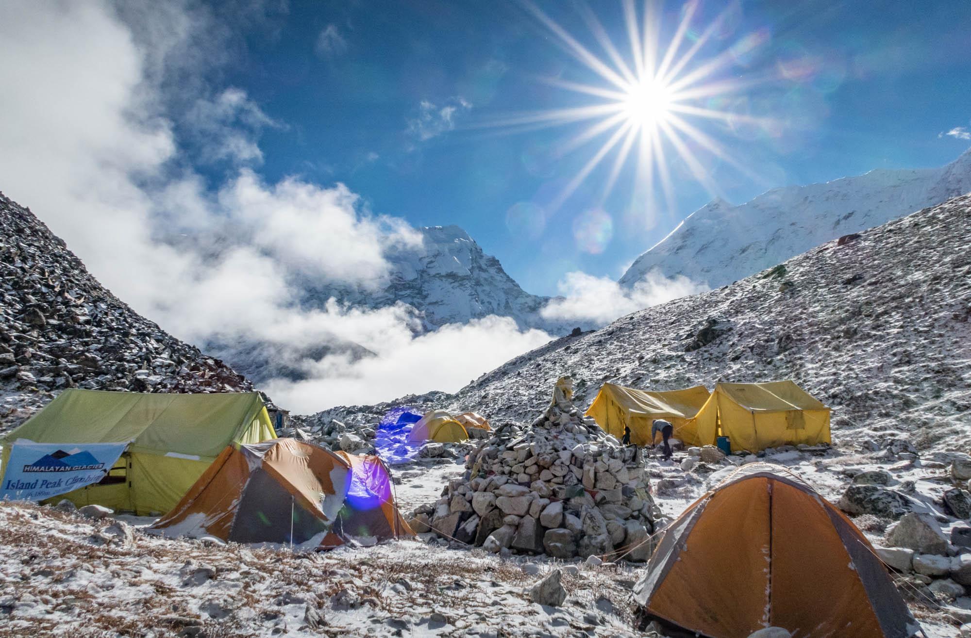 Ein Rummelplatz mit bunten Zelten.